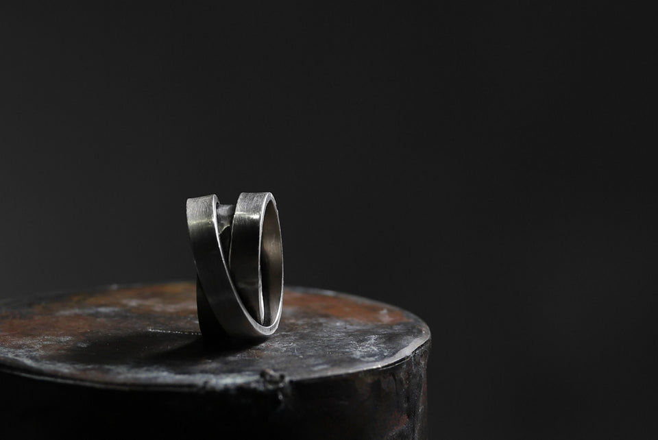 画像をギャラリービューアに読み込む, Holzpuppe Triple banded silver ring with unique texture