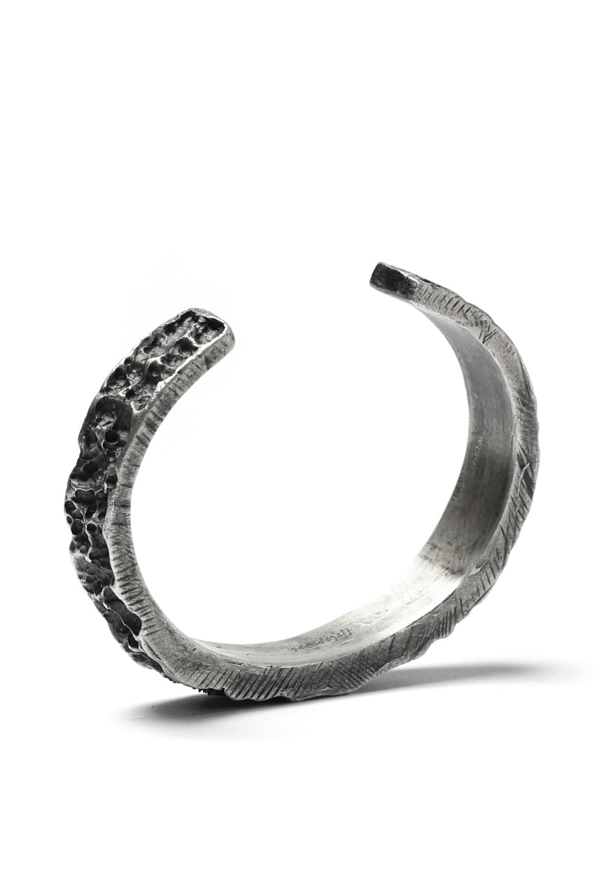 Holzpuppe Barnacles Eroded Basalt Rock Silver Bangle (BB-612)