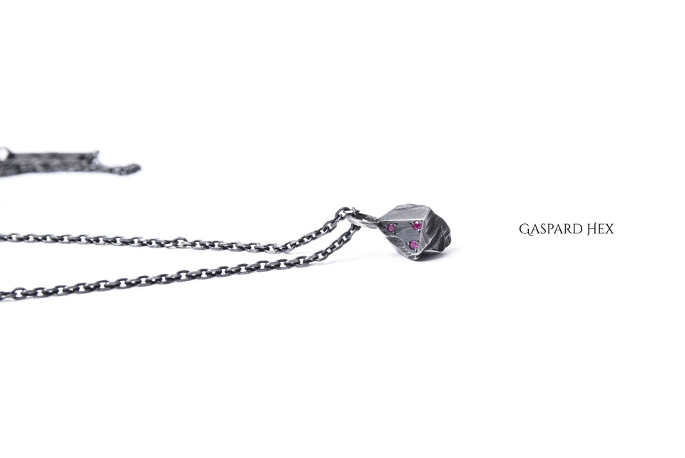 Load image into Gallery viewer, GASPARD HEX Lithos Pendant stealing silver with 3 rubies