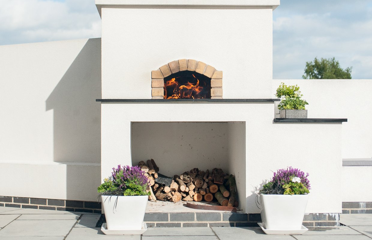 Home pizza oven with built in setting
