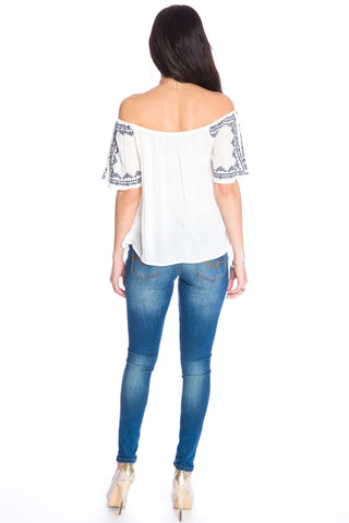 (aku) Embroidered off the shoulder top -White-