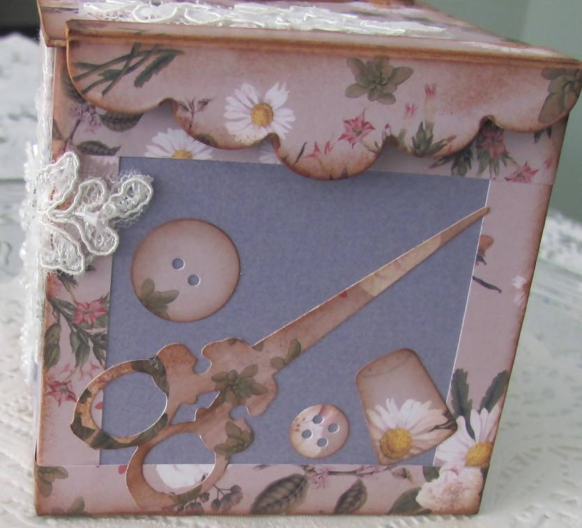 """Art-to-use -- Mini sewing and embroidery box"""