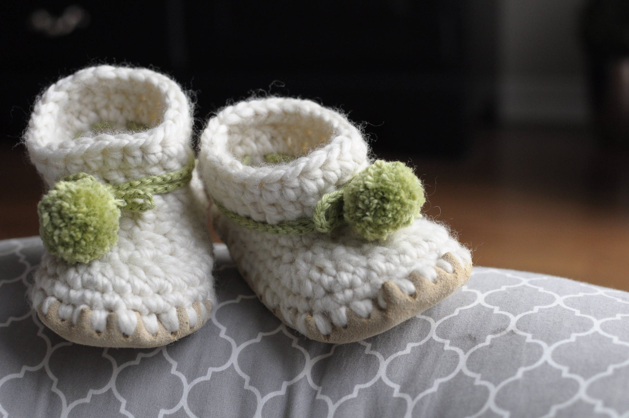 NATURAL BABY BOOTIES / SHOES WITH POMPOM TIES