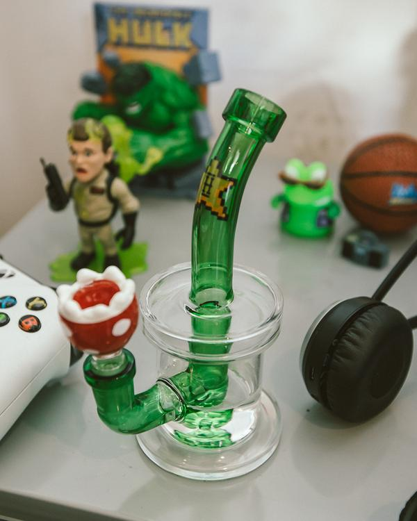 Hemper Gaming Water Pipe With Strawberry Bowl - Lake shore vibe