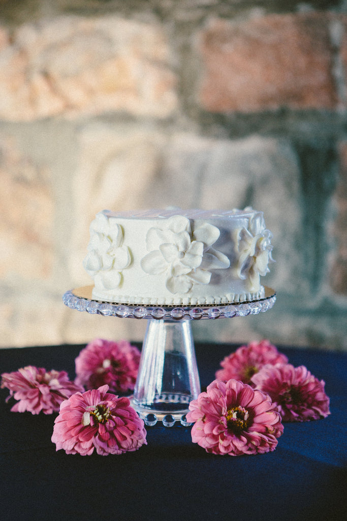 A chic and simple wedding cake. | An East Coast Wedding in Mismatched Bridesmaid Dresses