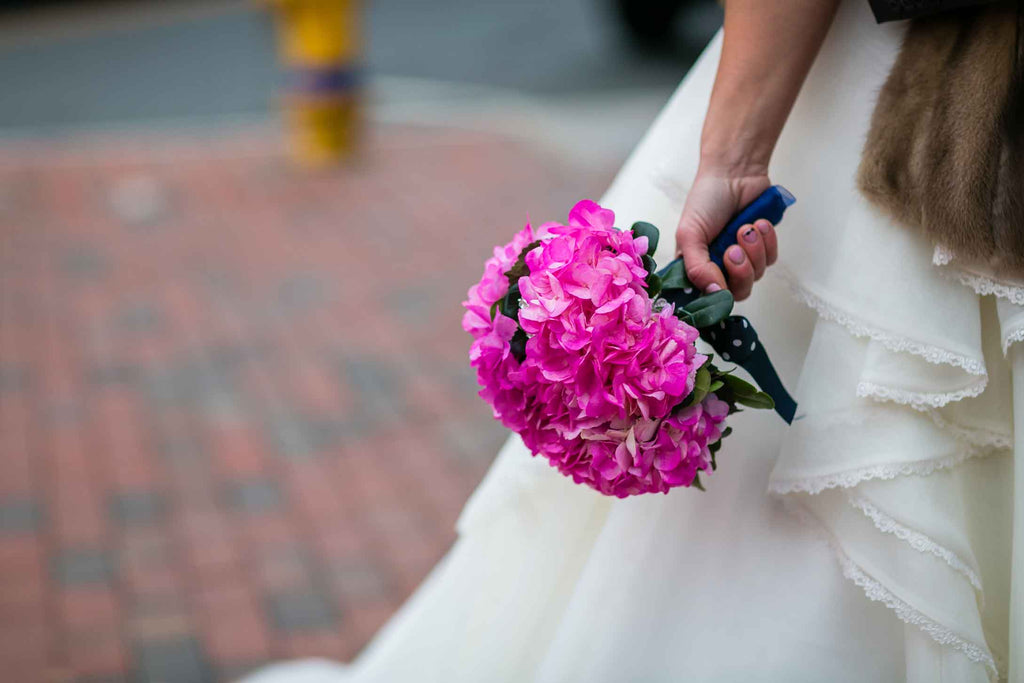 A simple and chic pink bouquet | A Blue and Pink Rock 'n Roll Wedding