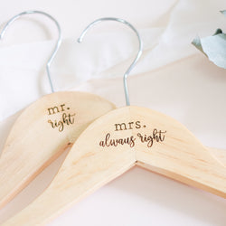 Cabide de Madeira Casamento PAR | Mr Right, Mrs Always Right - Estúdio Tatu