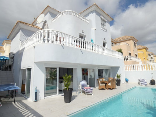 4 Bedroom Villa - SLEEPS 14 + Cot + Heated Private Pool - Wi-Fi - Air Con - Villamartin