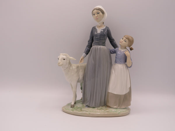 Retired Lladro Mother with child & Lamb 5299 figure