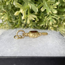 Laden Sie das Bild in den Galerie-Viewer, Antique 15ct Gold Watch Key Fob