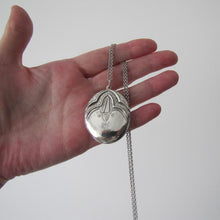Laden Sie das Bild in den Galerie-Viewer, Vintage Art Deco Revival Sterling Silver Locket & Long Chain