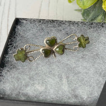 Laden Sie das Bild in den Galerie-Viewer, Victorian Connemara Marble Shamrock Sweetheart Brooch