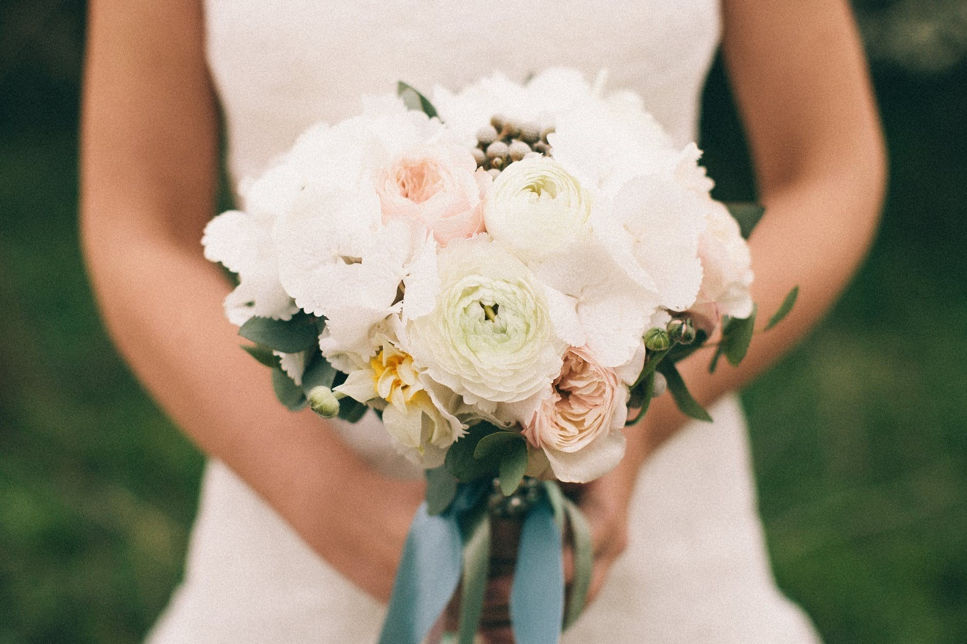 6 Faux Wedding Flower Ideas That Are Actually Super Stylish