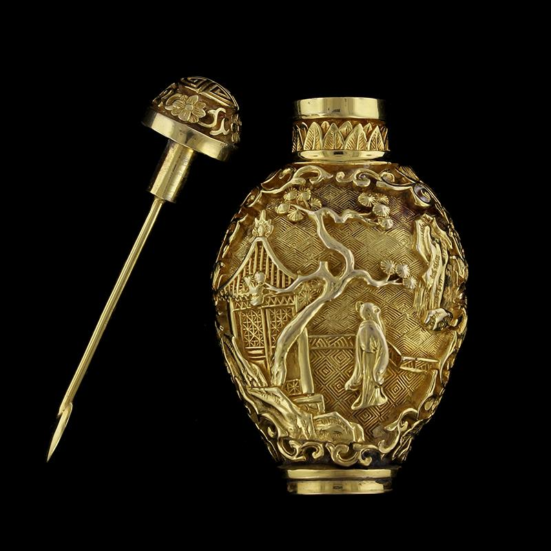 Chinese 14K Yellow Gold Estate Chinoiserie Snuff Bottle with Quianlong marks, 20th Century
