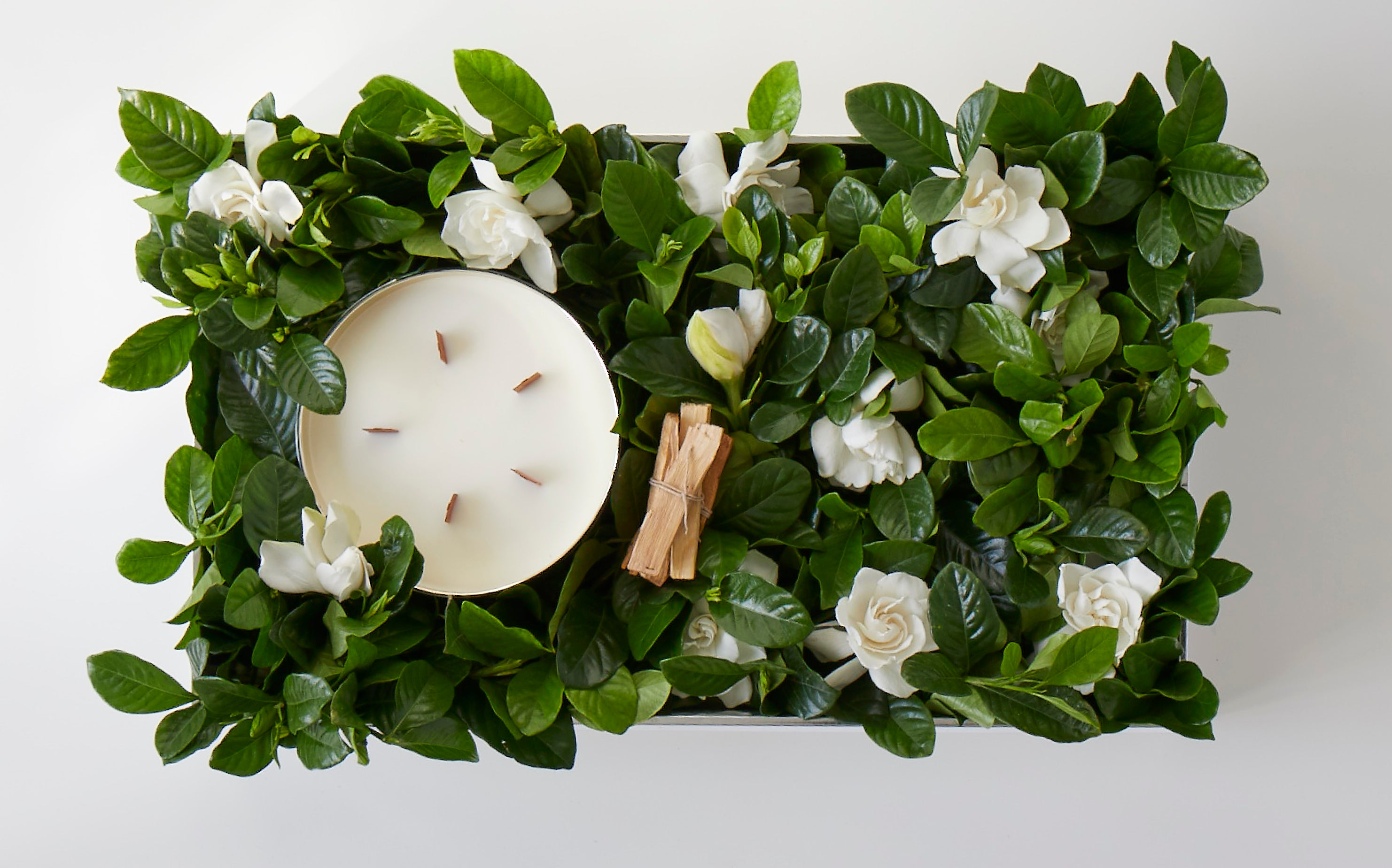 Candle gift box with gardenias and palo santo