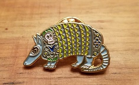 I'm an art tart - Armadillo Pin