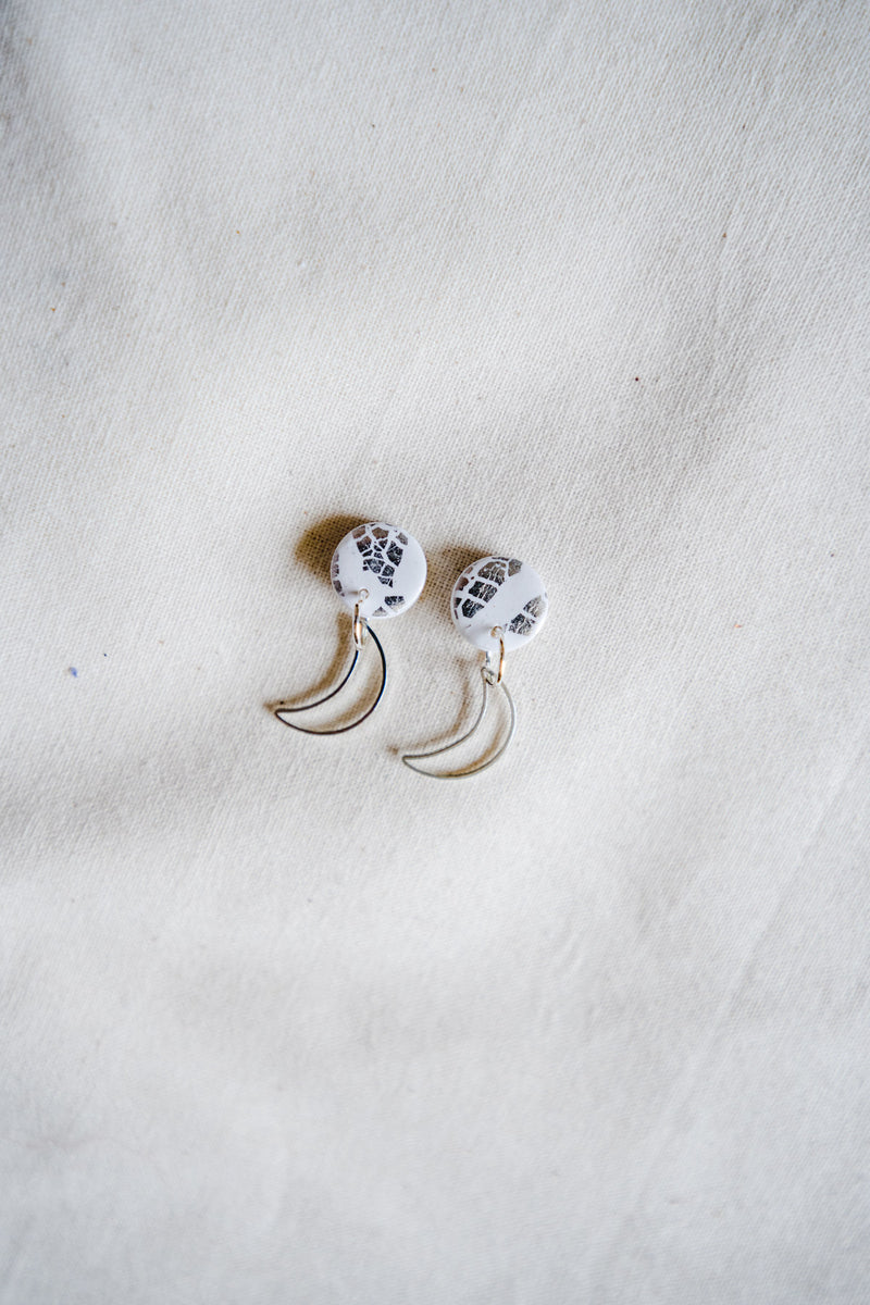 Moon rise small dangle earrings [silver + white]