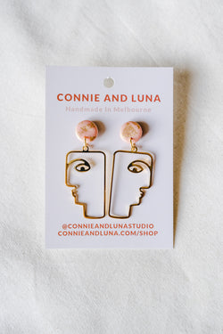 Face dangle earrings (salmon pink)