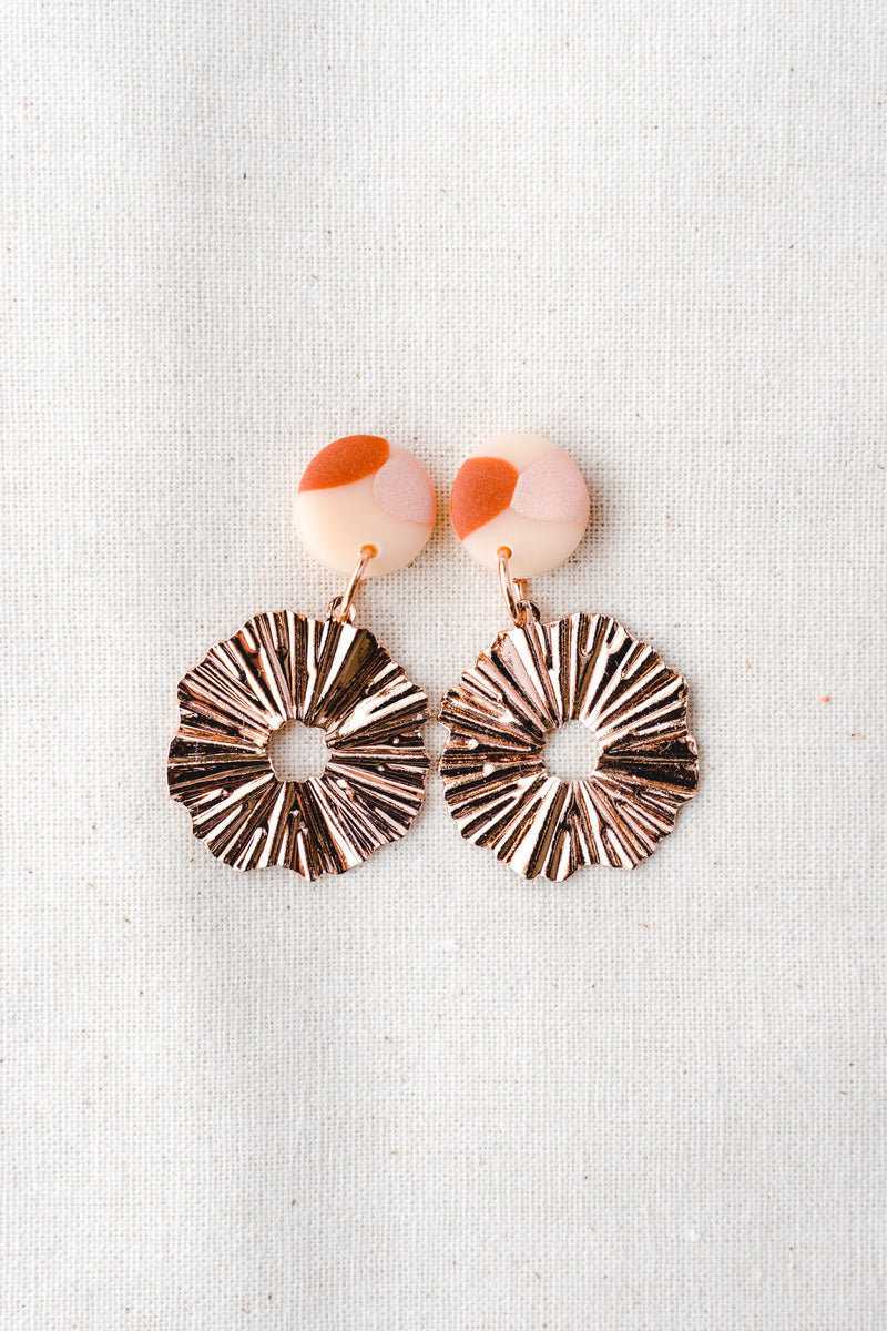 Daisy gold small dangle earrings (terracotta pink)