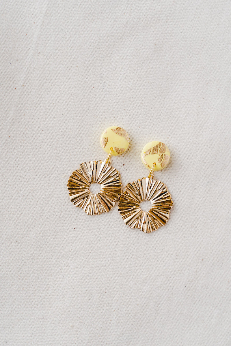 Daisy gold small dangle earrings (yellow)