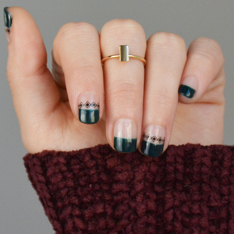 kvindehånd med mørkegrøn gel neglelak winter green og nail art