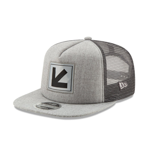 LOGO PATCH TRUCKER IN GRAY BY NEW ERA