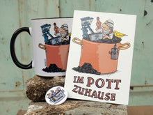 "Laden Sie das Bild in den Galerie-Viewer, ""IM POTT ZUHAUSE"" Bundle 2 - Tasse, Button, Postkarte"