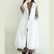 Laden Sie das Bild in den Galerie-Viewer, Handmade white Plus Size trench coat pattern hooded pockets sleeveless jackets
