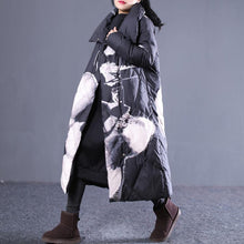 Laden Sie das Bild in den Galerie-Viewer, thick black print down jacket plus size stand collar down overcoat Casual pockets zippered long down coats