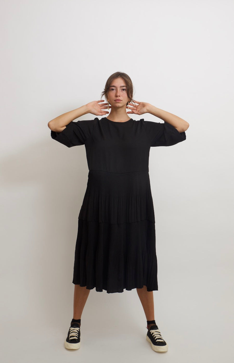 Slouchy Ruffle Dress with Pleats (black)