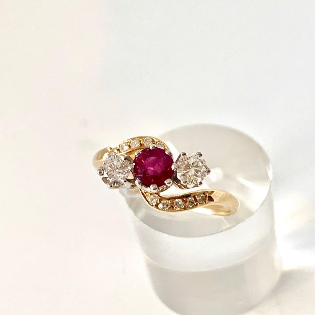 18CT DIAMOND & RUBY THREE STONE RING