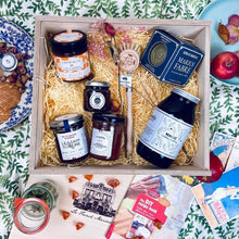 Load image into Gallery viewer, Mon chéri hamper: a veggie gift basket with a touch of eco love.