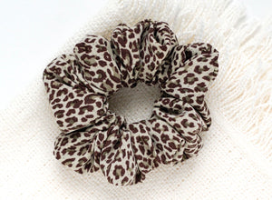 Soft leopard // scrunchie