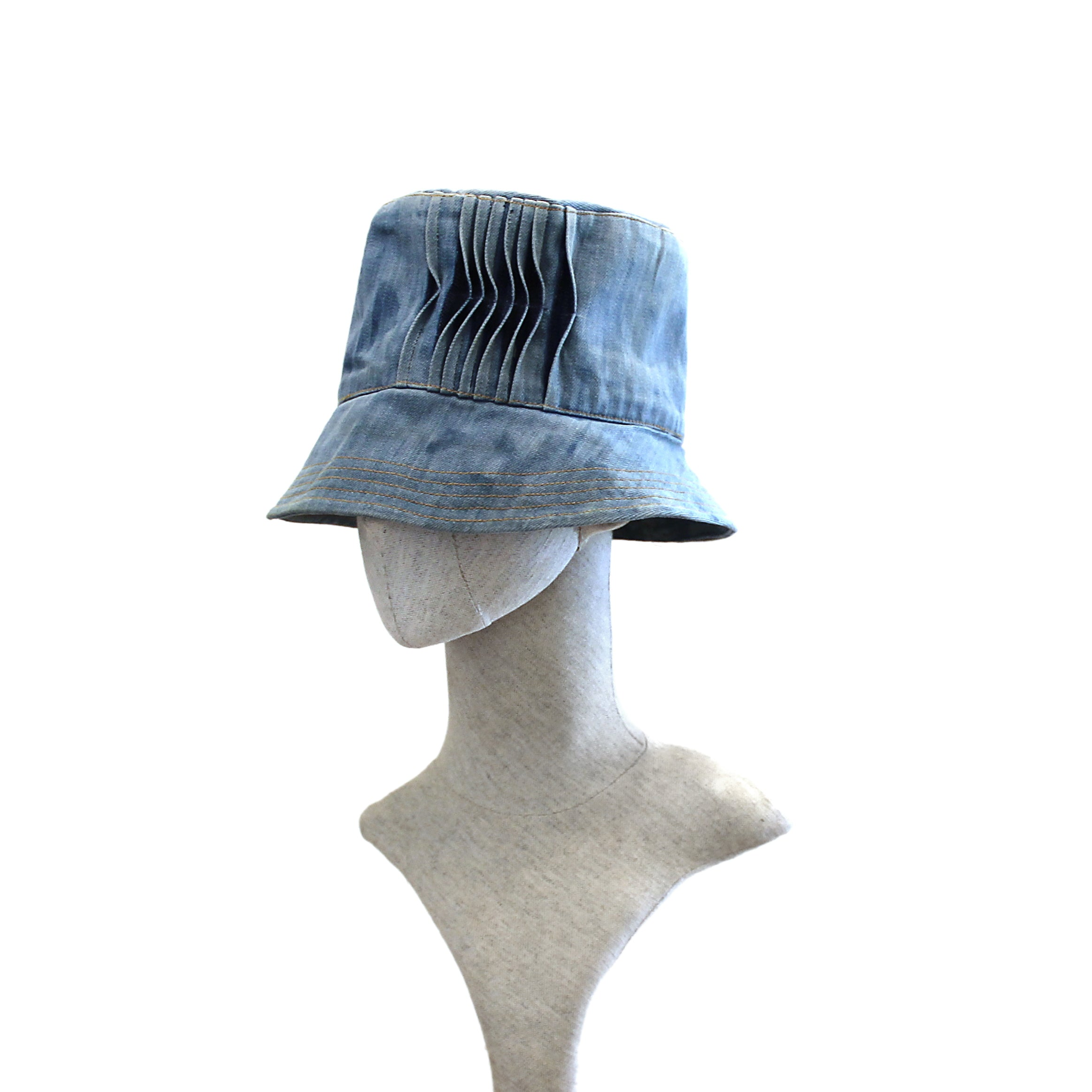 Bucket hat with pleats