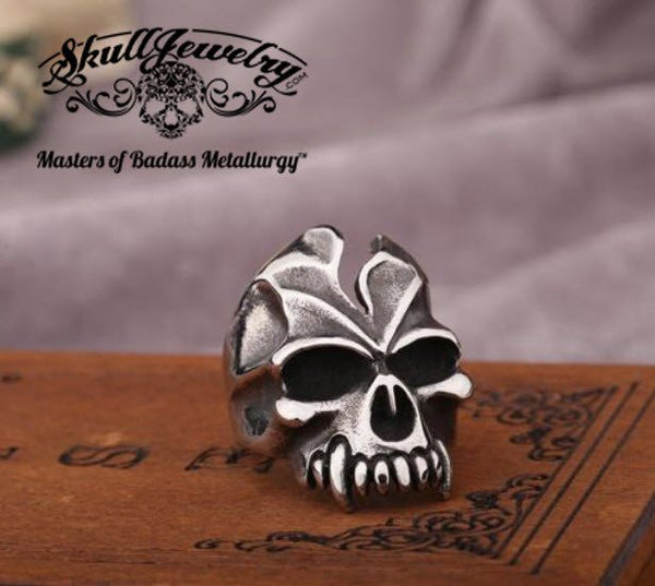 vintage looking skull ring with cracked skull and fangs