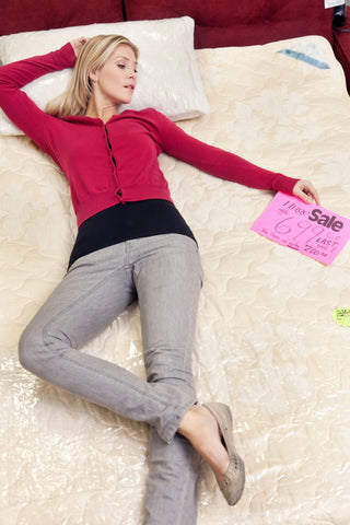 How long does it take for your body to get used to a new mattress, woman lying on new mattress in store