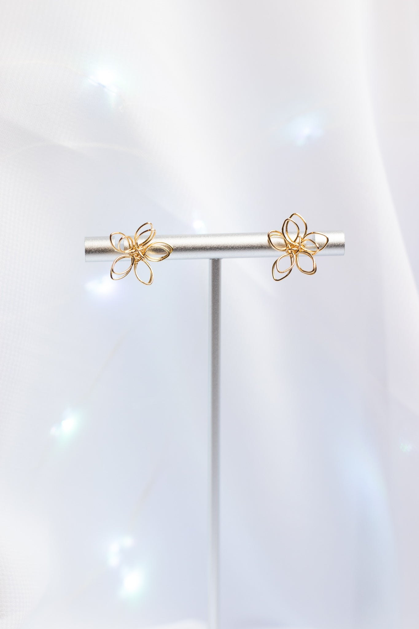 GOLD WIRE FLOWER STUD EARRINGS (14K)