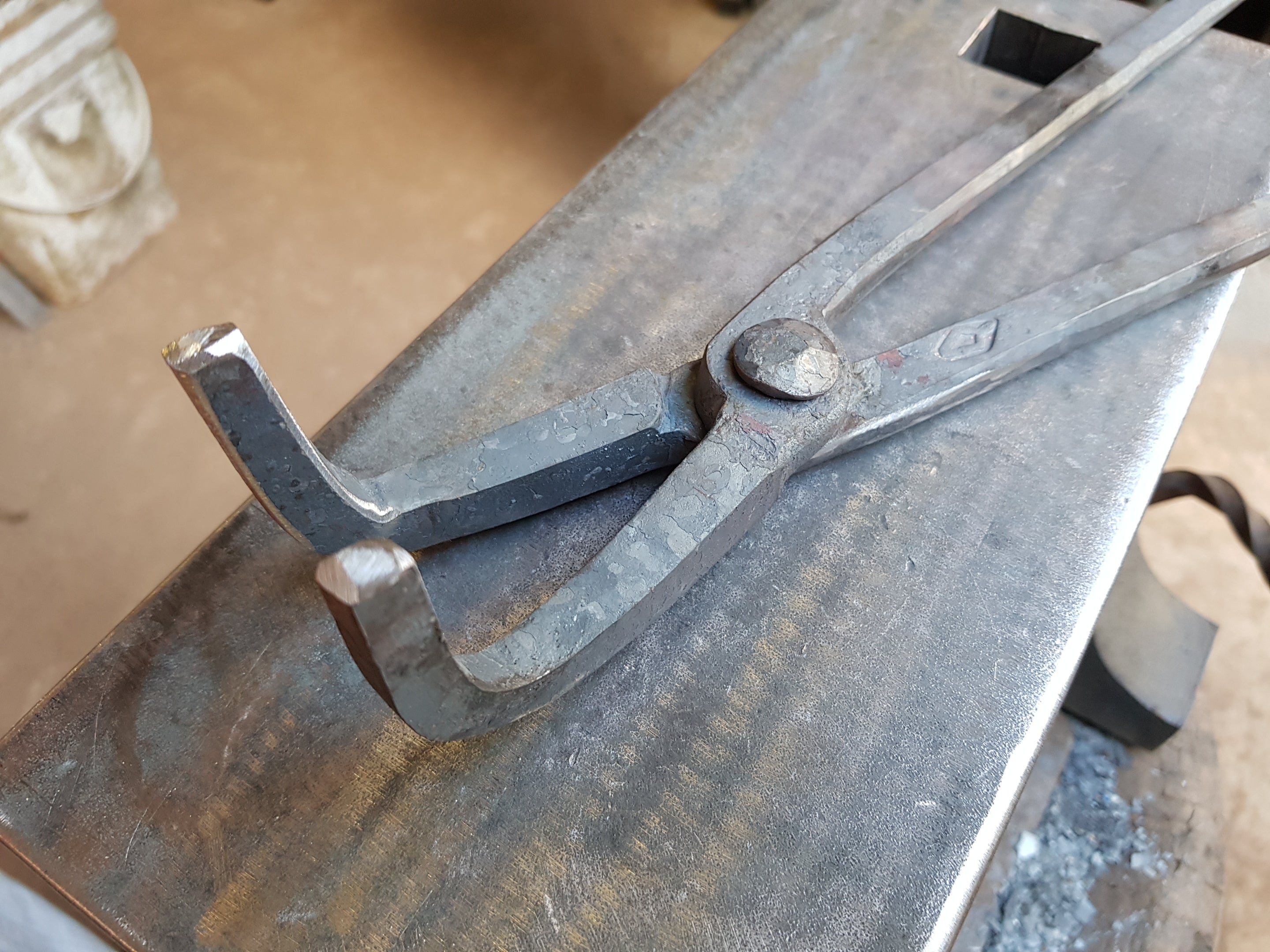 Hammer/Axe Eye Tongs