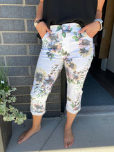 Load image into Gallery viewer, Floral Capri