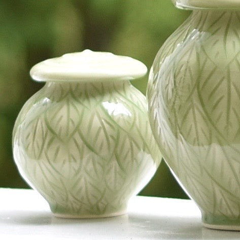 Ceramic cremation urn for ashes