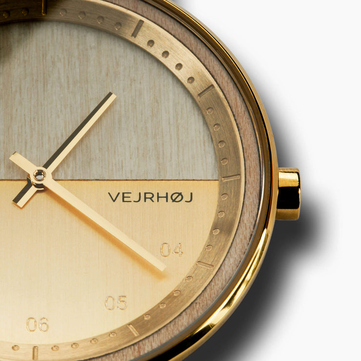 VEJRHØJ maple wood watch – The BLUE close up