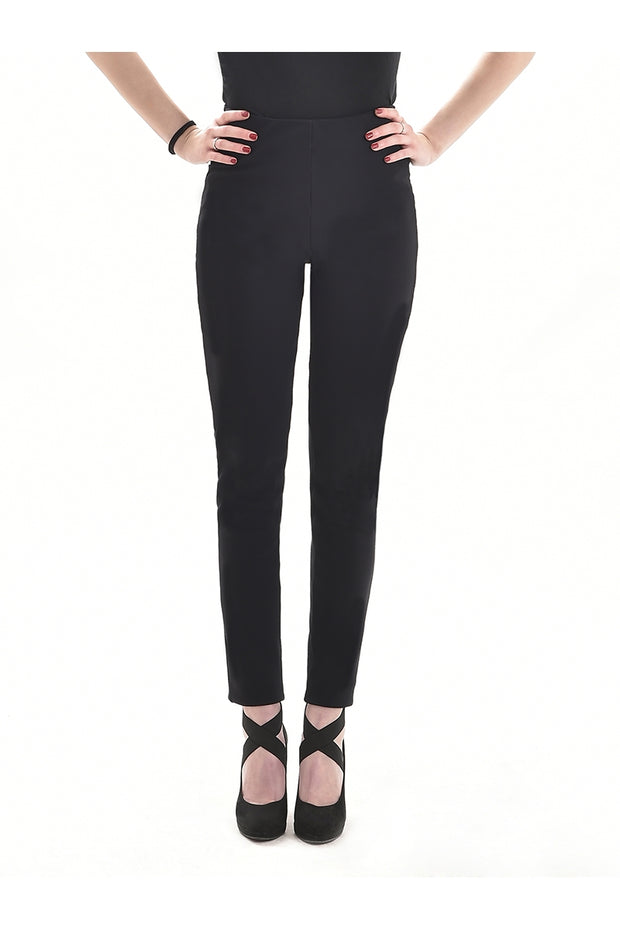 Black trousers in black shaped especially for women with a strawberry body shape.