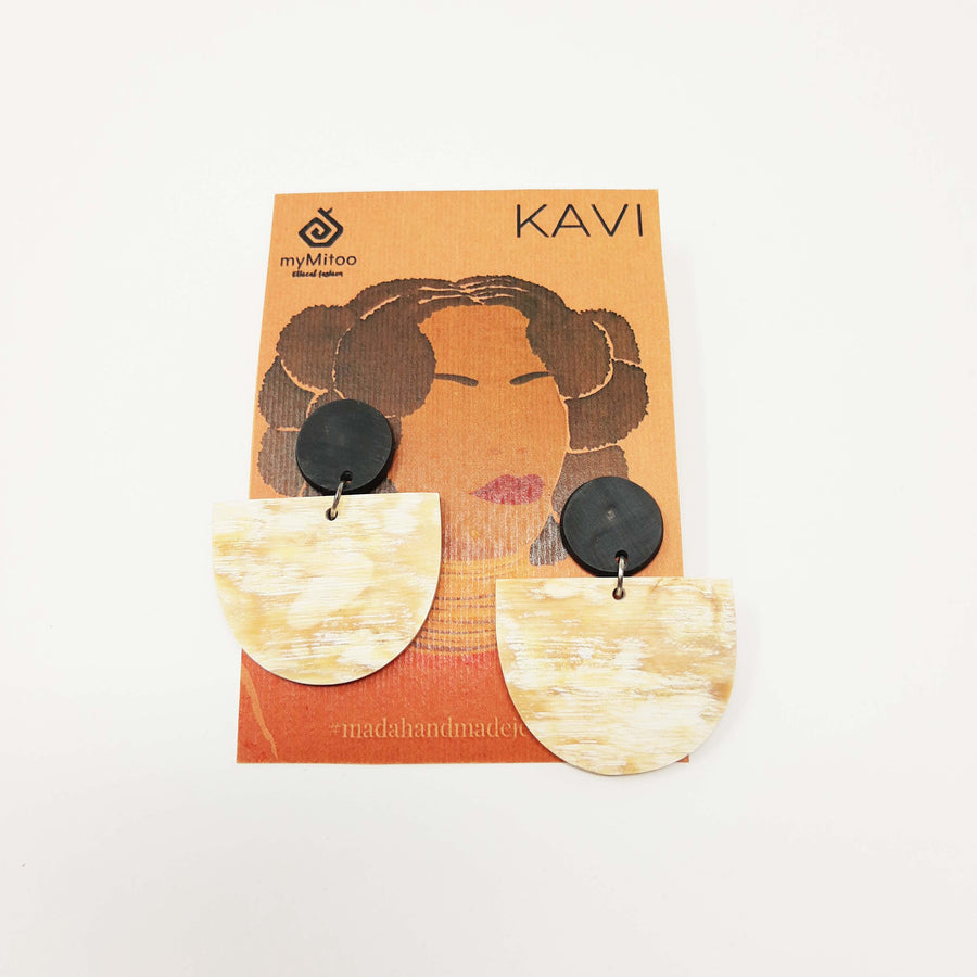 Statement earring triangle shape in the color black and ivory
