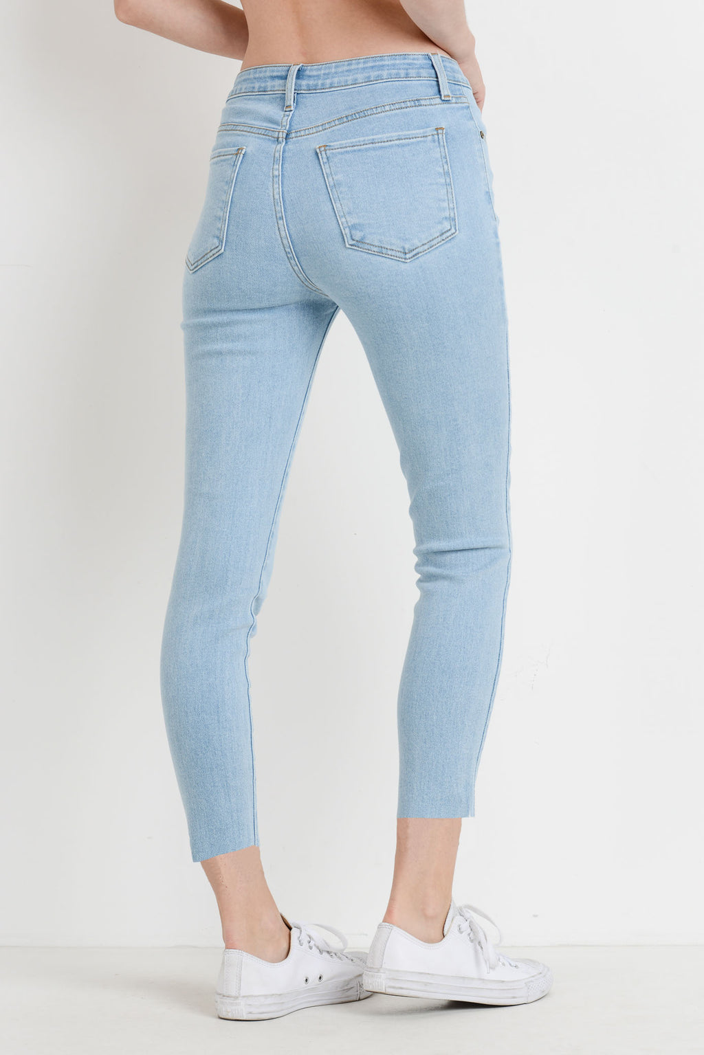 Cropped Light Wash Skinny Jeans with Scissor Cut Hem