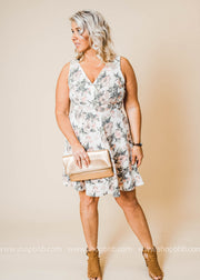 This curvy girl florl dress is the perfect Spring dress for that plus  size girl.