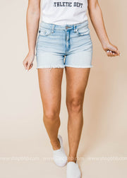 These light wash denim shorts feature a classic 5 pocket silhouette, midrise and raw hems.