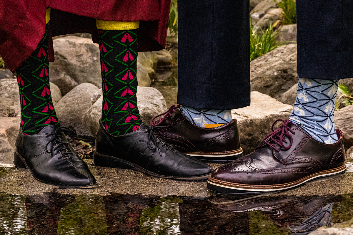Brogues shoes with black blue african bamboo socks