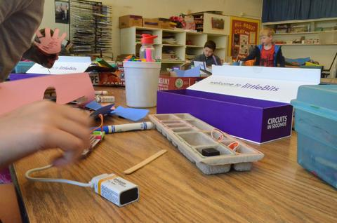 littleBits being used in classroom.