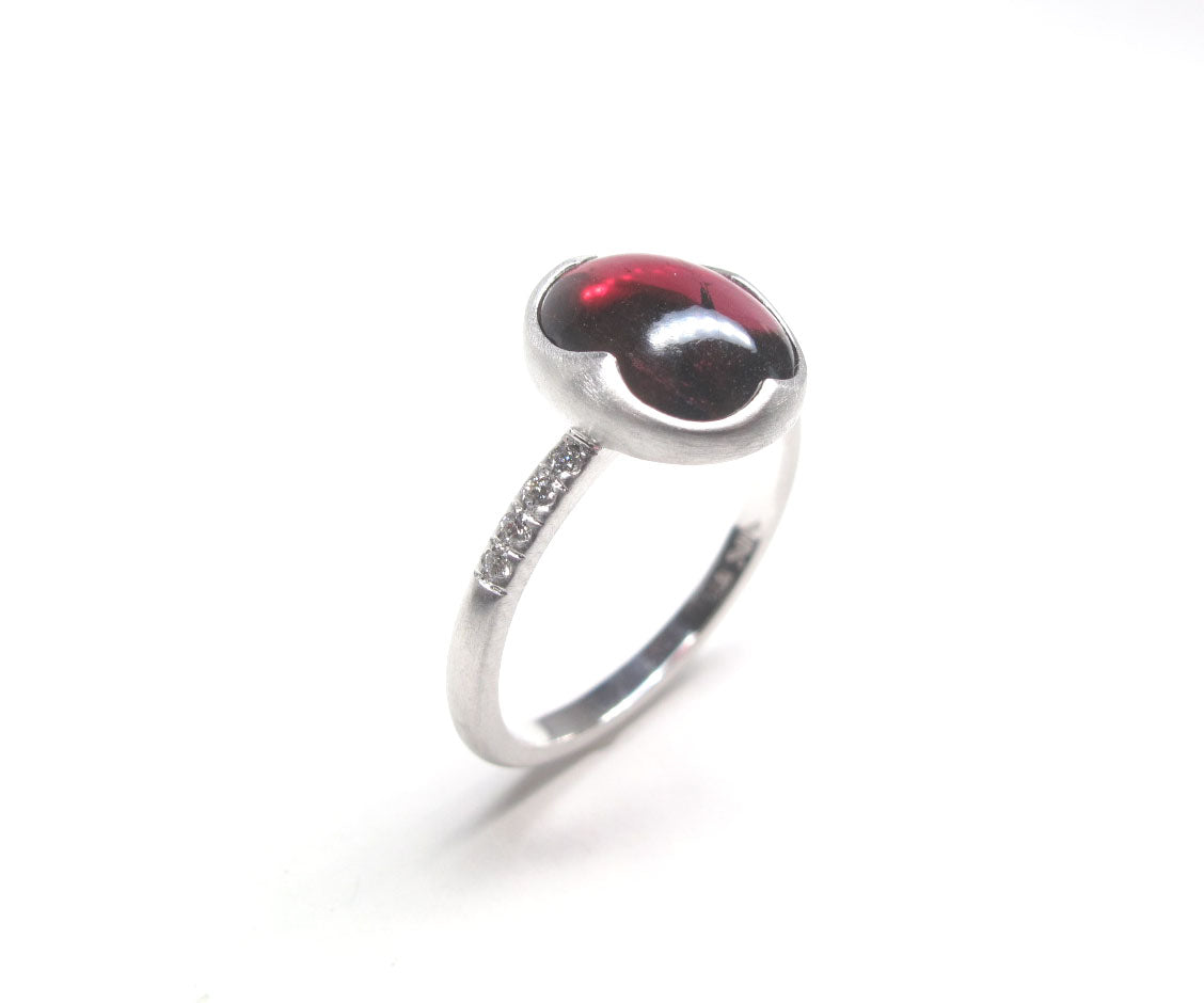 Red Garnet and diamond 14kw gold ring