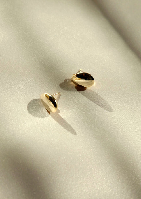 everyday minimal dainty jewelry dalhaejewelry timeless style capsule wardrobe staple minimalist fashion staple fine sterling silver gold vermeil teardrop stud earring